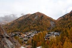 Paisaje hermoso del otoño con el centro turístico de Zermatt foto de archivo libre de regalías