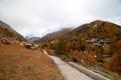 Paisaje hermoso del otoño con una trayectoria hacia el centro turístico de Zermatt fotos de archivo