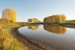 Paisaje hermoso del otoño en el lago Fotos de archivo libres de regalías