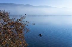 Paisaje hermoso del otoño en el lago Ohrid Imagenes de archivo
