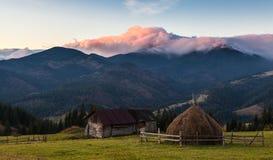 Paisaje hermoso del otoño en las montañas Karpaty en el bosque Foto de archivo