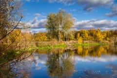 Paisaje hermoso del otoño - visión desde la orilla del río con la reflexión en agua Fotos de archivo libres de regalías
