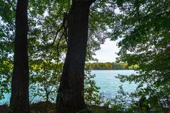 Paisaje hermoso del otoño Vista del lago glacial antiguo rodeado por los árboles imágenes de archivo libres de regalías