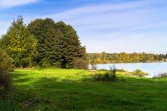 Paisaje hermoso del otoño Vista del lago glacial antiguo rodeado por los árboles fotos de archivo