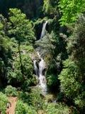 Paisaje hermoso del parque de Gregoriana del chalet con la cascada, el 25 de abril de 2018 - Tivoli, Italia - Europa Fotos de archivo libres de regalías