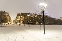 Paisaje hermoso del parque del invierno de Sofía, Bulgaria por noche Imagen de archivo