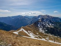 Paisaje hermoso del parque nacional de Tatra con las montañas en día de primavera soleado con el pueblo próximo de Zakopane del c foto de archivo