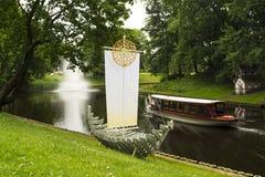 Paisaje hermoso del río en el corazón de Riga, La Foto de archivo