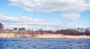 Paisaje hermoso del resorte Río y árboles azules encendido en un día soleado después de derretir nieve imagenes de archivo