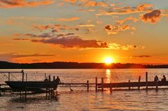 Paisaje hermoso del verano con puesta del sol sobre el lago Foto de archivo