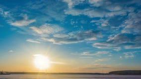 Paisaje hermoso del verano de la puesta del sol con el cielo nublado y el lago natural, time lapse almacen de metraje de vídeo