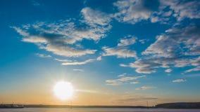 Paisaje hermoso del verano de la puesta del sol con el cielo nublado y el lago natural, time lapse almacen de video