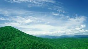 Paisaje hermoso del verano en montañas almacen de metraje de vídeo