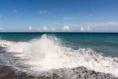 Paisaje hermoso del verano Mar brillante y cielo azul, playa de Perissa, isla de Santorini, Grecia de la turquesa Foto de archivo