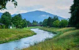 Paisaje hermoso en Baviera con el r?o y las monta?as fotografía de archivo libre de regalías