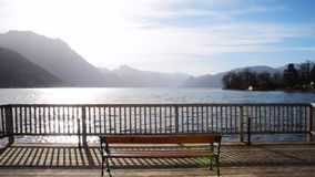 Paisaje hermoso en el lago Traunsee en Gmunden Austria septentrional en vintage de la primavera metrajes
