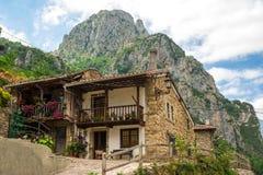 Paisaje hermoso en el pueblo de Potes, España imagenes de archivo