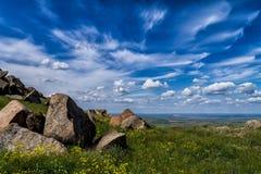 Paisaje hermoso en la primavera con las nubes blancas, las rocas y la vegetación verde, montañas de Macin Foto de archivo