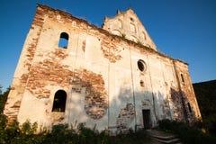 Paisaje hermoso en las ruinas de la iglesia vieja en Chervonograd Fotos de archivo libres de regalías
