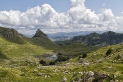 Paisaje hermoso en Montenegro con la hierba fresca y los picos hermosos Parque nacional de Durmitor en la pieza de Montenegro de  foto de archivo libre de regalías