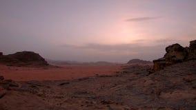 Paisaje hermoso en Wadi Rum, desierto de Jordania en la puesta del sol, timelapse del panorama almacen de metraje de vídeo
