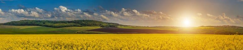 Paisaje hermoso, fantástico Puesta del sol y tierras idílicas del país Fotografía de archivo libre de regalías