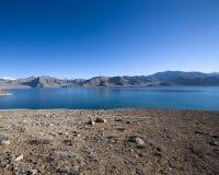 Paisaje hermoso - lago claro de la montaña en valle rocoso El barco de R imagen de archivo libre de regalías