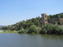 Paisaje hermoso a lo largo de Arno River en Florencia, Italia Fotos de archivo