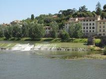 Paisaje hermoso a lo largo de Arno River en Florencia, Italia Imágenes de archivo libres de regalías