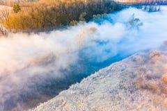 Paisaje hermoso Niebla gruesa sobre el río Concepto del contraste de la temperatura fotografía de archivo libre de regalías