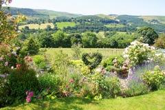 Paisaje hermoso a través de las colinas y de los prados imágenes de archivo libres de regalías