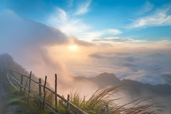 Paisaje hermoso y la niebla por la mañana en Tailandia imagenes de archivo