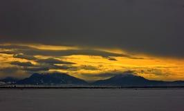 Paisaje hermoso y nublado del invierno en el amanecer Imagen de archivo libre de regalías