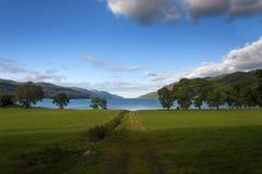 Paisaje hermoso y sereno del Loch Ness en Escocia foto de archivo libre de regalías