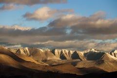 Paisaje Himalayan a lo largo de la carretera de Manali-Leh Himachal Pradesh, la India Foto de archivo