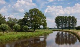 Paisaje holandés con una visión sobre la marca del río Foto de archivo libre de regalías