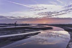 Paisaje holandés del río durante puesta del sol Foto de archivo libre de regalías