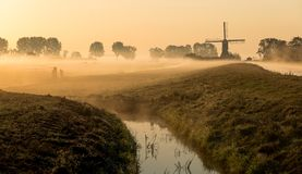 Paisaje holandés en niebla de la mañana imagen de archivo