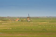 Paisaje holandés típico con el molino de viento Imagen de archivo libre de regalías