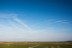 Paisaje holandés típico con el molino de viento Imagenes de archivo