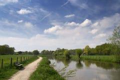 Paisaje holandés típico con el río Kromme Rijn, la calzada, las nubes y los árboles Foto de archivo