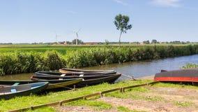 Paisaje holandés típico con los barcos de rowing de madera Imágenes de archivo libres de regalías