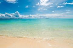 Paisaje horizontal - mar azul y nubes hermosas con un competir Imágenes de archivo libres de regalías