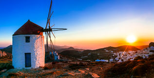 Paisaje idílico con los molinoes de viento sobre puesta del sol Isalnd de Amorgos, GR foto de archivo