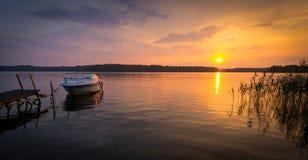 Paisaje idílico del panorama de la puesta del sol sueca del lago Foto de archivo libre de regalías