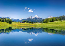 Paisaje idílico del verano con el lago de la montaña en las montañas Fotos de archivo