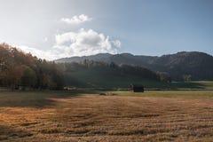 Paisaje idílico en las montañas con los prados en el otoño en la puesta del sol fotos de archivo libres de regalías