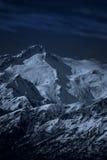 Paisaje iluminado por la luna de la alta montaña en la noche Imagen de archivo libre de regalías
