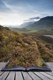 Paisaje imponente de la montaña de la salida del sol con colores vibrantes y el galán Fotografía de archivo