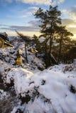 Paisaje imponente de la puesta del sol del invierno de las montañas que miran sobre sno Foto de archivo